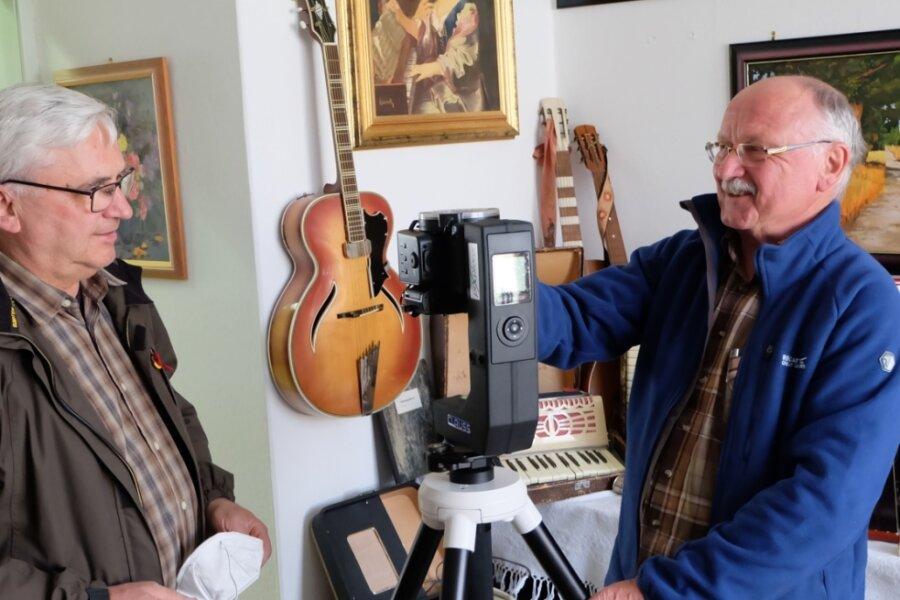 Für Klaus Weigelt (r.) vom Erzgebirgszweigverein Hormersdorf ist die 360-Grad-Kamera kein Hexenwerk. Seit 1976 nimmt Weigelt Filme auf. Jetzt hat er als Techniker den Hut auf für den virtuellen Rundgang. Kirchenvorsteher Thomas Vorberg freut sich, dass auch die Kirchgemeinde in dieses Smart-City-Projekt einbezogen ist.
