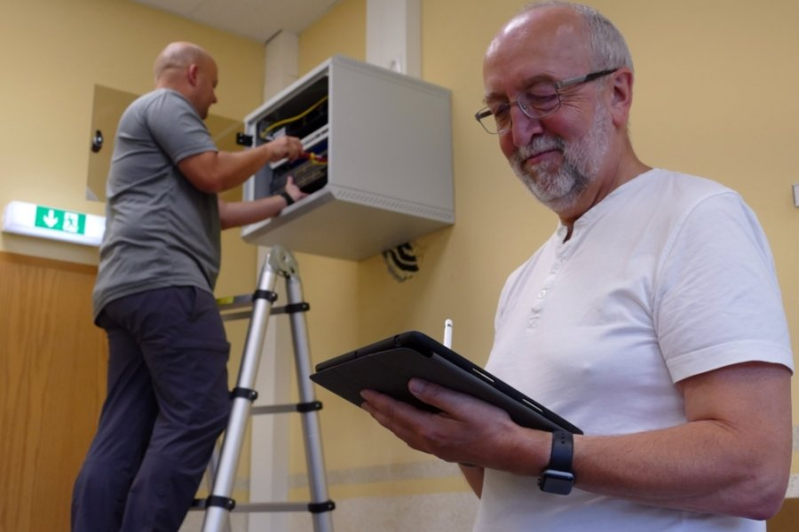Während sich Marek Decker um einen der Access Points kümmert, checkt Lehrer Klaus Böhm auf seinem I-Pad, ob alles funktioniert.