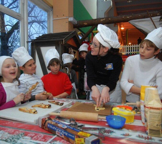 Im Rittersaal des Funparks ging es gestern heiß her. 16 Kinder haben dort Weihnachtsplätzchen gebacken.