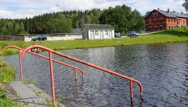 Der Badeteich Tannenbergsthal mit dem Toilettenhäuschen, für das der Gemeinderat Muldenhammer eine Lösung suchen will.