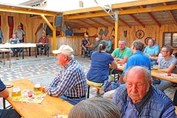Das Interesse an der Sitzung des Ortschaftsrates in Mannichswalde war groß. 40 Einwohner verfolgten die Beratung im Laubengang.