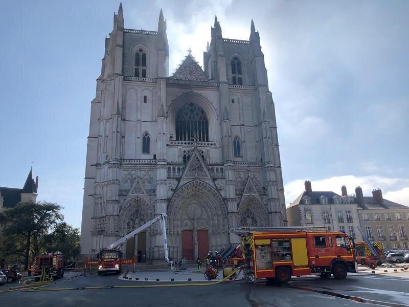 Löscharbeiten an der Kathedrale der westfranzösischen Stadt Nantes.