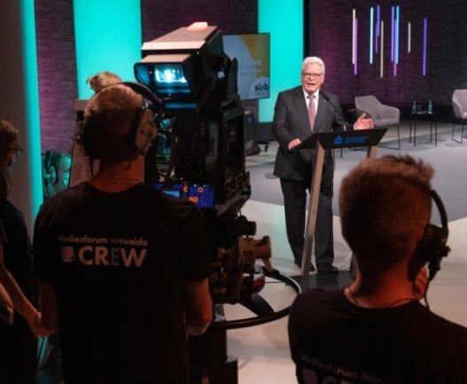 Der frühere Bundespräsident Joachim Gauck verglich das TV-Studio der Hochschule Mittweida mit einem großen Berliner Fernsehstudio. Er hielt im Rahmen der Festveranstaltung einen Vortrag zu politischer Bildung, Zivilcourage und Dialog in Zeiten der Polarisierung.