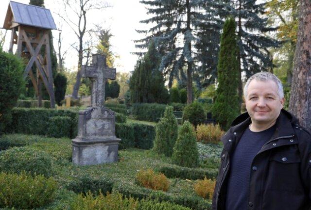 Das Friedhofsjubiläum 2019 fiel in die Amtszeit von Matthias Große, der an der ersten Grabstätte aus dem Jahr 1869 steht.