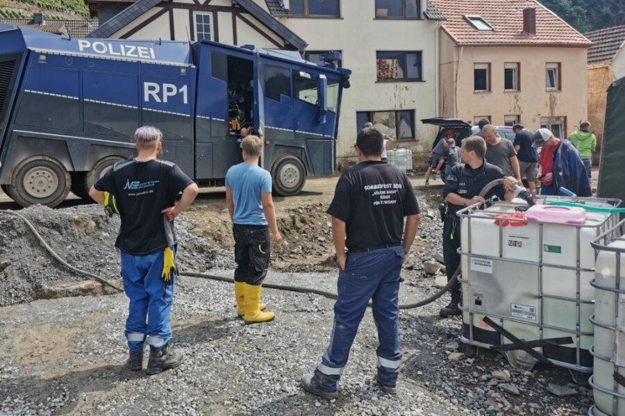 Mittels Wasserwerfer werden Trinkwassertanks gefüllt, denn viele Wasserleitungen sind zerstört.