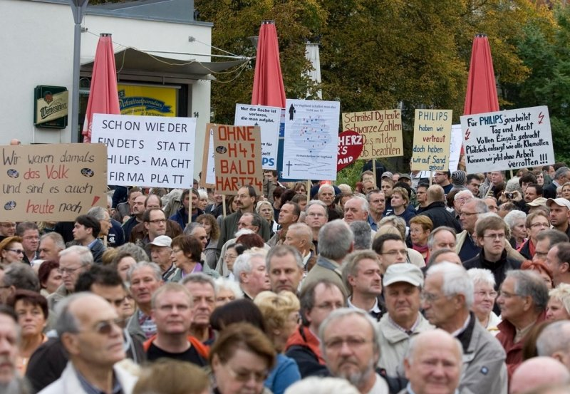 """<p class=""""artikelinhalt"""">Mit Plakaten haben am Donnerstag die Beschäftigten des Philips-Werkes auf ihre Situation aufmerksam gemacht. Sie hatten sich an einem stillen Protestmarsch von den Werkstoren in die Innenstadt beteiligt. </p>"""