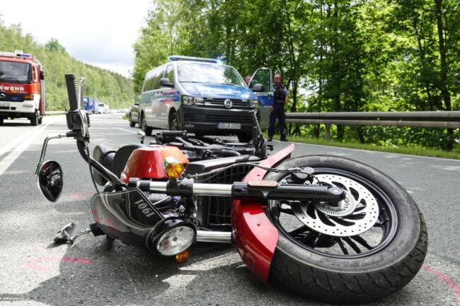 Bei dem Unfall kam ein Rettungshubschrauber zum Einsatz. Er flog den schwer verletzten Biker in ein Krankenhaus.