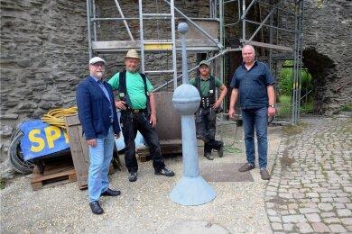 Fest verlötet wird die mit Zeitdokumenten prall gefüllte Kapsel sicher in der Turmspitze verwahrt.