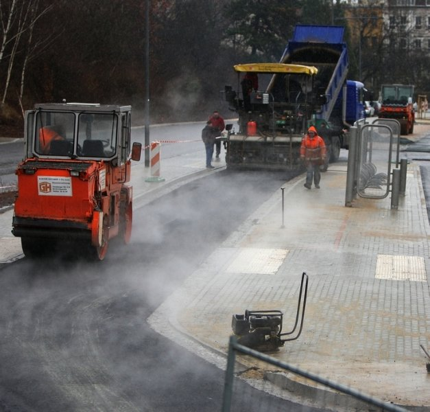 Am Montag wurde am Bahnhof noch asphaltiert, heab Dienstag ute schon sollen die Busse an der neuen Verknüpfungsstelle abfahren.