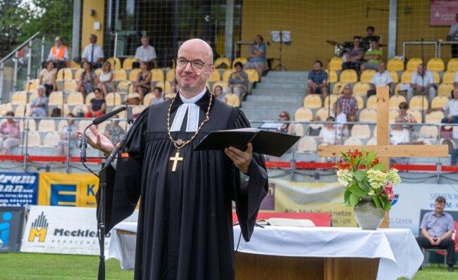 Der seit März im Amt befindliche Landesbischof der evangelisch-lutherischen Landeskirche Sachsen, Tobias Bilz, predigte am Sonntag im Auerbacher Stadion.