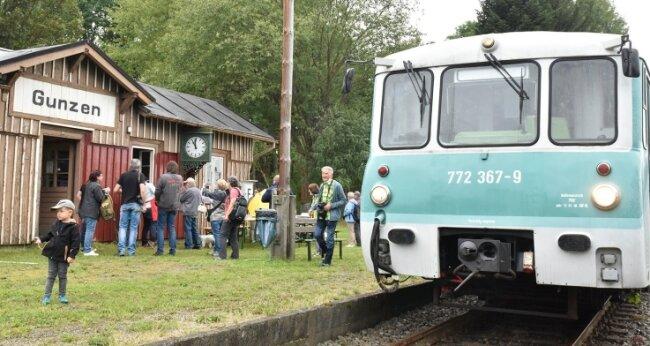 Der Musikwinkel-Express rollte am gestrigen Sonntag zwischen Adorf und Zwotental. Bei den Sonderfahrten wurde in Gunzen ein Zwischenstopp eingelegt.