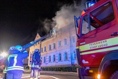 66 Feuerwehrleute waren in der Nacht zu Donnerstag im Einsatz. Die Flockenstraße war stundenlang gesperrt.