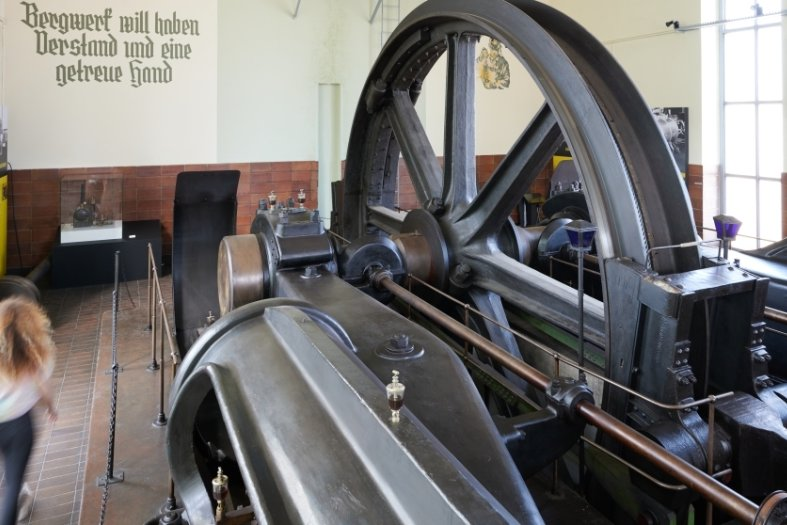 Bild oben: die Dampffördermaschine. Unten: der Transport der Treibscheibe 1933.