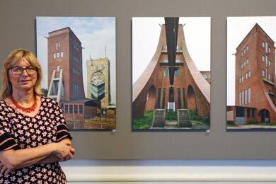 Museumsdirektorin Petra Lewey vor Bildern des Leipziger Fotografen Bertram Kober vom Förderturm des Martin-Hoop-Schachtes IV in Zwickau.