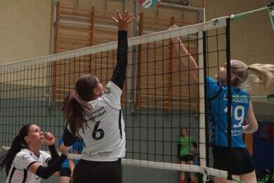 Die Hormersdorferin Lisa-Marie Beyer (m.) versucht den Ball der Limbacherin Susann Wiltzsch (r.) zu blocken, Claudia Kolbe (l.) lauert auf ihre Chance. Gegen die L.O. Volleys unterlagen die Hormissen mit 1:3.