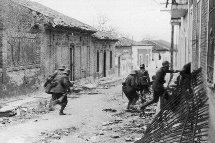Unterstützt von gleichgesinnten Madrilenen: Soldaten der nationalistischen Franco-Truppen im Spanischen Bürgerkrieg bei Eroberung Madrids im März 1937.