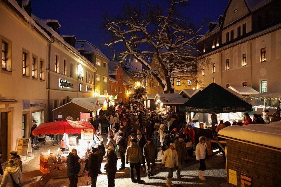 Ein Bild aus Vor-Corona-Zeiten: Der Schwarzenberger Weihnachtsmarkt gilt als Besuchermagnet. Dieses Jahr soll er wieder stattfinden.