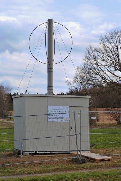Nahe des Callenberger Ortsteils Reichenbach steht seit einigen Tagen diese Magnetfeld-Messstation der Mugler AG.