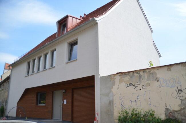 Auf den ersten Blick mag nicht ins Auge fallen, was dieses Haus in Freiberg so besonders macht. Doch der Stadt ist das Gebäude mit der historisch anmutenden Fassade, die raffinierte Details birgt, den Architekturpreis 2020 wert.