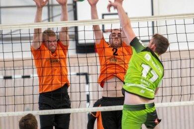 Gegen die Si-Volleys aus Freiberg erkämpften die Milkauer Volleyballer den ersten Saisonsieg. Ein Erfolgsfaktor war dabei die Blockarbeit, wie hier von Jan Müller (l.) und Marvin Götz.