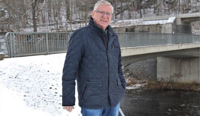 Jörg Porstmann engagiert sich seit 1990 in der Kommunalpolitik und ist seit vielen Jahren Ortsvorsteher von Schellenberg. Die Straßenbrücke über die Flöha soll dieses Jahr erstmals mit Blumenkästen verschönert werden.
