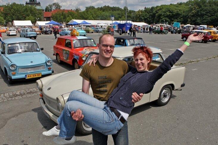"""<p class=""""artikelinhalt"""">Die Niederländer Leonie und Arne Bartelink beim Trabi-Treffen auf dem Platz der Völkerfreundschaft.  </p>"""