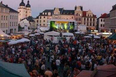 Ein Bild wie aus einer anderen Welt: Blick auf den Altmarkt mit Bühne und Besuchern und viel Trubel beim Plauener Spitzenfest 2011. Wann wird so etwas wieder möglich sein?