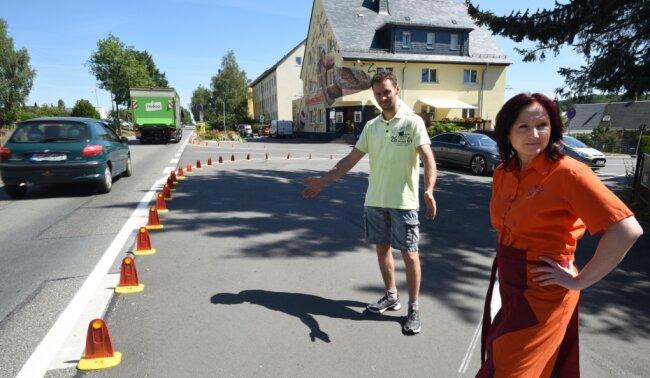 Katrin Tanneberger und Peter Steinbach von der Bäckerei Schaarschmidt an der Kreuzeiche in Limbach-Oberfrohna müssen neuerdings mit sogenanntenBischofsmützen direkt vor ihrem Geschäft leben. Sie kritisieren die Maßnahme der Stadtverwaltung aus mehreren Gründen.