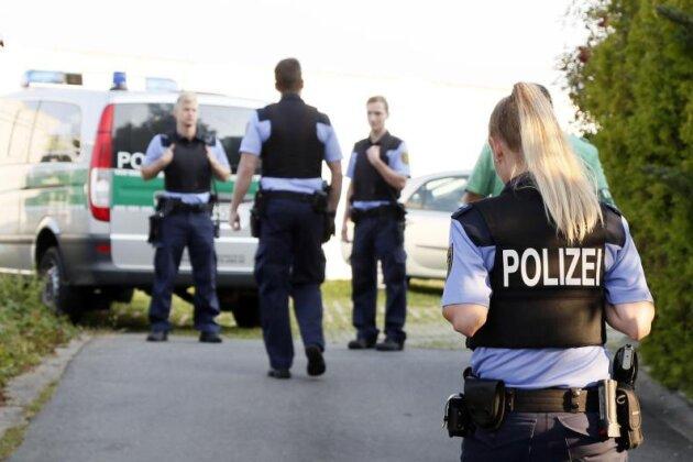 Polizisten sichern den Tatort in Chemnitz ab.
