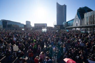 """Dicht an dicht standen """"Querdenken""""-Demonstranten vor der Auflösung auf dem Augustusplatz."""