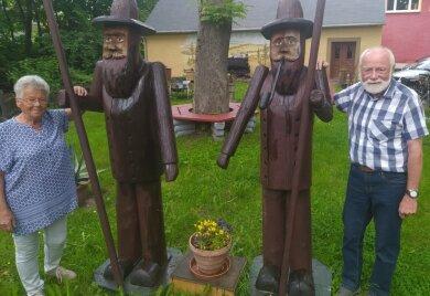 Lothar und Karin Wunderlich im Garten des Heimathauses in Clausnitz.