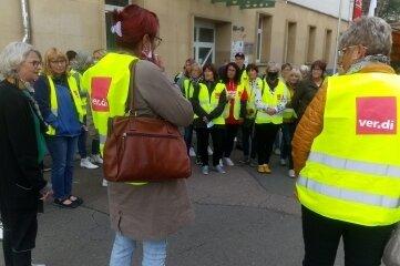 Die Mitarbeiter der Pleißentalklinik haben ihren Streik am Mittwoch vor dem Gewerkschaftshaus in Zwickau durchgeführt.