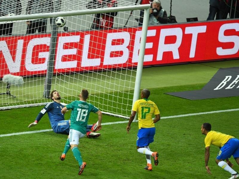 Brasiliens Gabriel Jesus (r) köpft den Ball zur 1:0-Führung für die Gäste ins Tor. Deutschlands Torwart Kevin Trapp kann den Ball nicht halten.