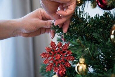 Auf drei Kartons mit Weihnachtsdekoration (Symbolfoto) hatten es Einbrecher in Plauen abgesehen
