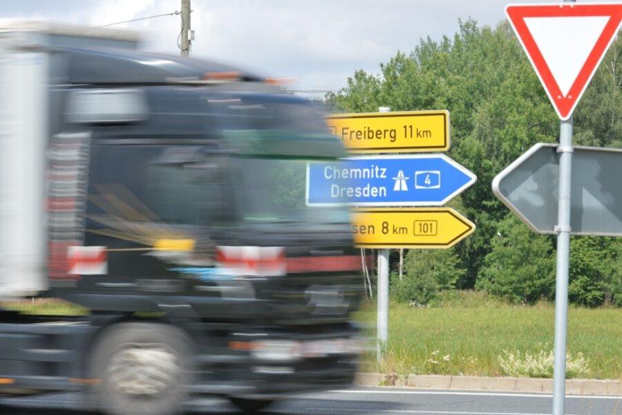 Wie kann der Unfallschwerpunkt an der B 101 am Abzweig Kleinvoigtsberg, hier aus Richtung Obergruna, entschärft werden?