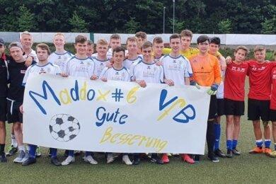 Vor der Partie wünschen die B-Junioren des VfB Annaberg ihrem verletzten Teamkollegen Maddox Effenberger alles Gute.