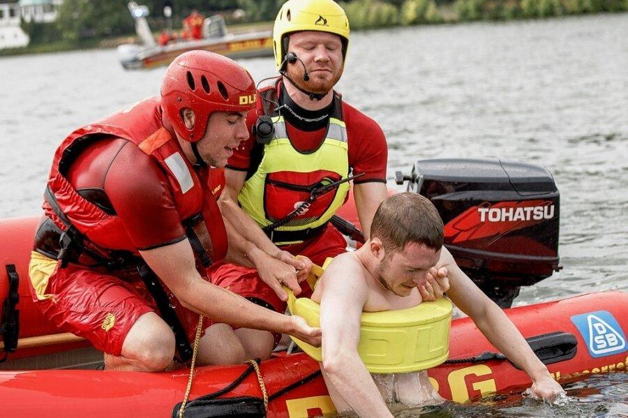 Zum Glück nur eine Übung: Rettungsschwimmer der Deutschen Lebens-Rettungs-Gesellschaft ziehen einen Mann in ihr Motorschlauchboot, ein sogenanntes Inflatable Rescue Boat. Droht ein Schwimmer in etwa 200 Metern vom Ufer entfernt zu ertrinken, kann er damit innerhalb einer Minute gerettet werden. Der Außenbordmotor hat bis zu 30 PS.