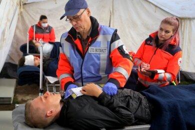 Nachdem die Verletzten zum Behandlungsplatz gebracht worden sind, werden sie vom Leitenden Notarzt, Dr. Matthias Hinkel aus Elterlein, untersucht.
