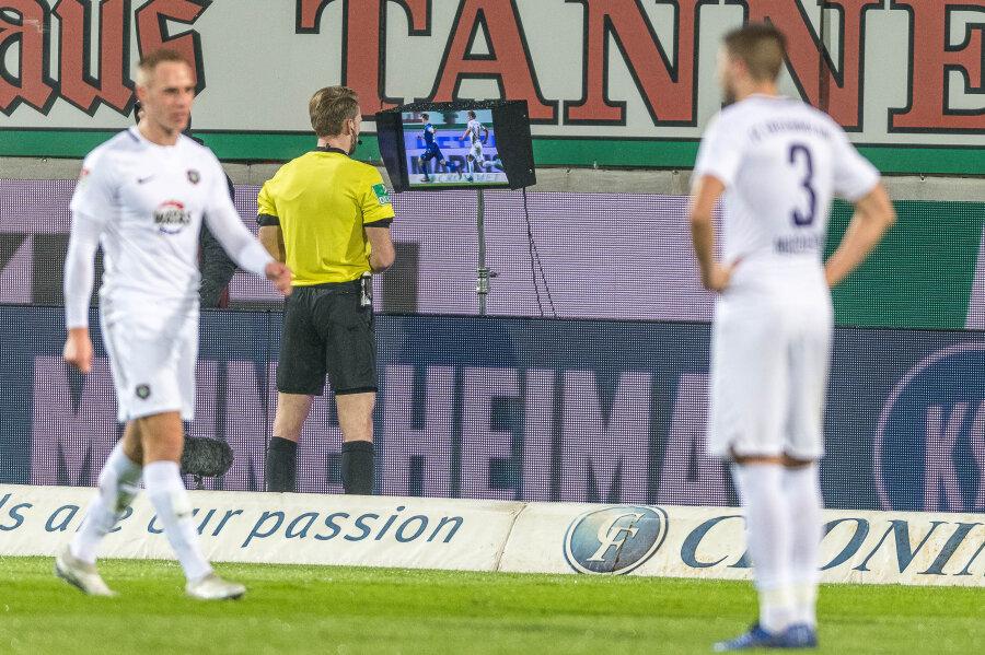 Schiedsrichter Sven Waschitzki schaute auf der Baustelle Wildparkstadion am Montagabend zweimal auf den Bildschirm: Einmal korrigierte er eine Entscheidung zu Ungunsten, einmal zum Vorteil der Veilchen.