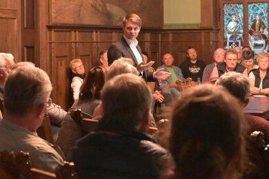 2019: Im Rathaus diskutiert Nico Dittmann mit Bürgern über den Umbau des Erzgebirgsbads. Die Wiedereröffnung ist eines der größten Ziele, das er in den nächsten Jahren erreichen will.