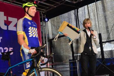 Oberbürgermeisterin Barbara Ludwig übergab das Bewerbungsbuch am Freitag den Radfahrern.