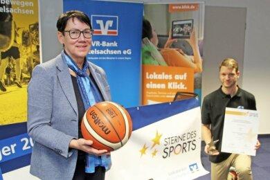 VR-Bank-Vorstand Angelika Belletti übergibt den Großen Stern des Sports in Bronze an Paul Gabriel von den Miners Freiberg.