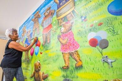 In der Kita Pünktchen wurde bei Sanierungsarbeiten dieses Wandbild entdeckt. Hobbykünstlerin Gabi Sonntag peppte es auf.