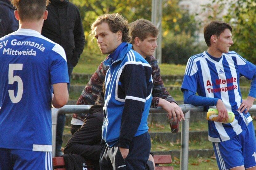 Wieder keine Punkte: Die Mittweidaer Spieler Paul-Luis Eckhardt (l.) und Philipp Krasselt (r.) sowie Trainer Sebastian Voigt (M.) mit enttäuschten Gesichtern nach der fünften Niederlage in Folge.