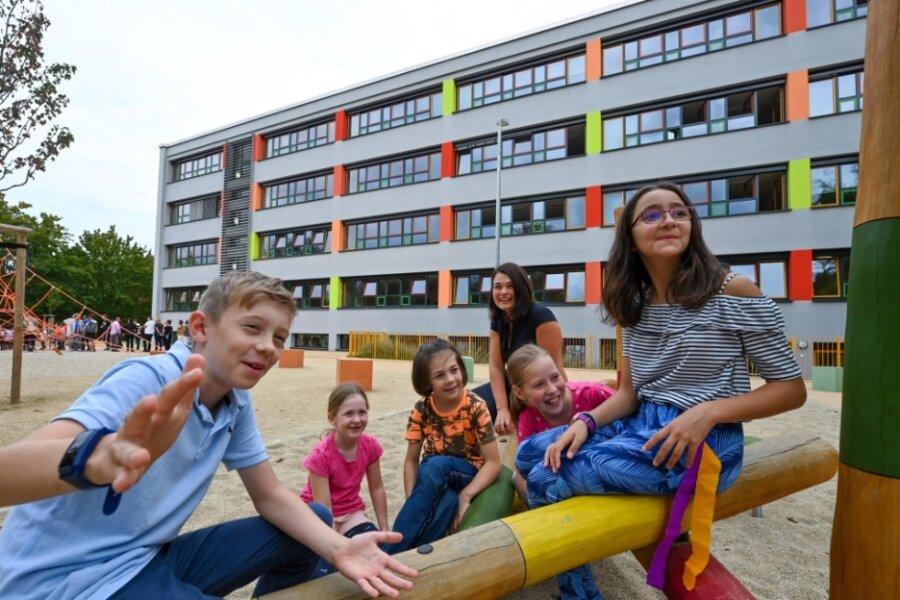 Auch das Außengelände der Heinrich-Heine-Grundschule wurde im Zuge der Sanierung komplett neu gestaltet. Hier die stellvertretende Schulleiterin Ann Jentsch mit Schülern der Klassen 2 und 4.