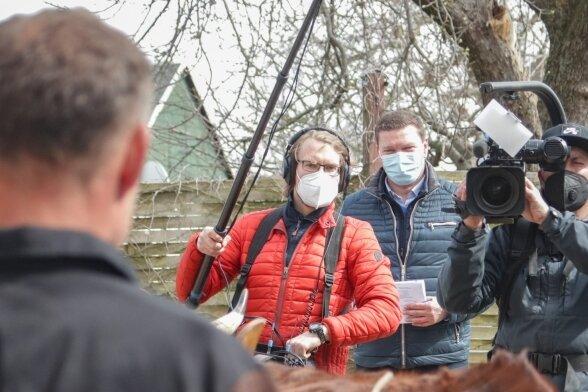Dreh unter Corona-Bedingungen: Kameramann Alexander Nowotny, Autor Mathias Schäfer und Tonassistent Benjamin Klieme (von rechts) auf dem Dreiseithof von Holger Mohr in Kaufungen.