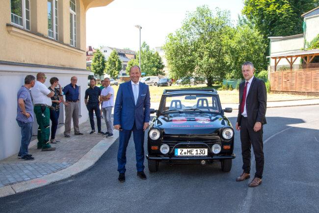Lothar Ungerer (links) und Carsten Michaelis zur Verkehrsfreigabe auf der Altmarkt-Kreuzung.