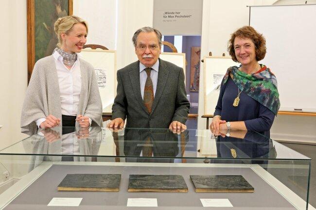 Drei originale Druckplatten haben die Enkel von Max Pechstein, Alexander Pechstein und Julia Pechstein (rechts) dem Pechstein-Museum geschenkt. Links Kuratorin Annika Weise.