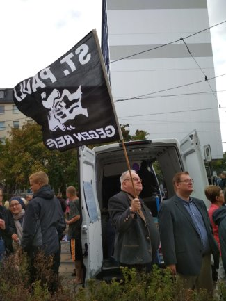 Plauener CDU-Stadtrat Lutz Kowalzick hält eine Fahne gegen Rechts. 250 Gegendemonstranten wollen gegen den Dritten Weg protestieren.