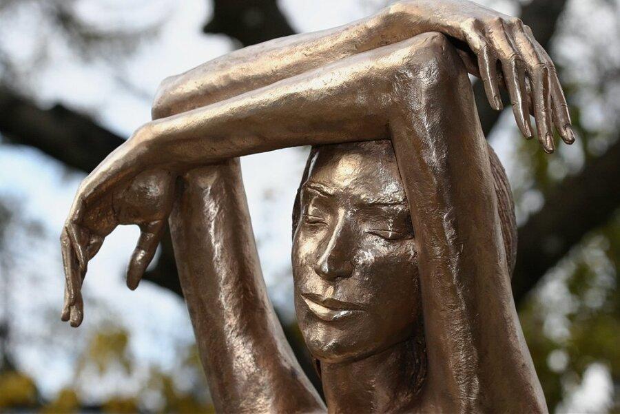 """""""Die Träumende"""": eine zum Teil vergoldete Bronzestatue von Malgorzata Chodakowska."""